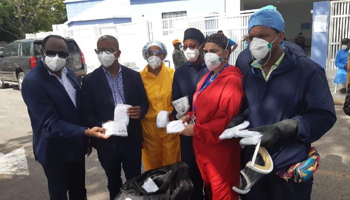 Donan más de dos mil mascarillas a Unidad Covid-19 del Moscoso Puello