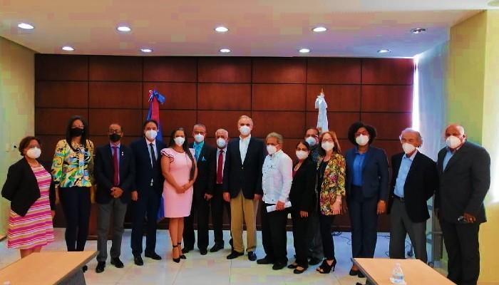 Médicos discuten aumento de honorarios con ministro Trabajo