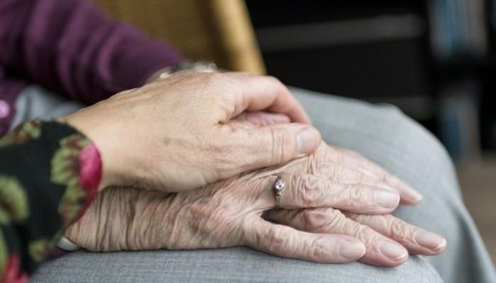 Discuten sobre cuidados de personas con Alzheimer