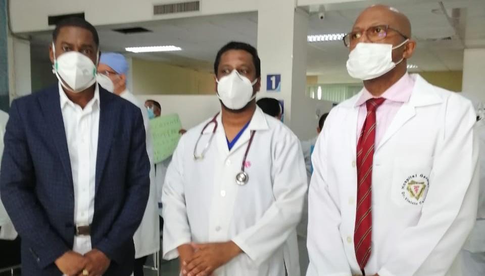 Personal de salud del  hospital Vinicio Calventi protesta en contra del nuevo director