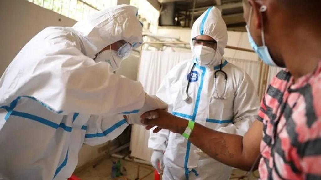 Presentan innovador seguro que protege a médicos ante Covid-19
