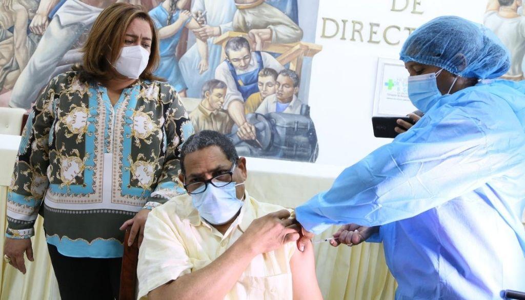 Personal de diez hospitales del SRSM ha sido vacunado