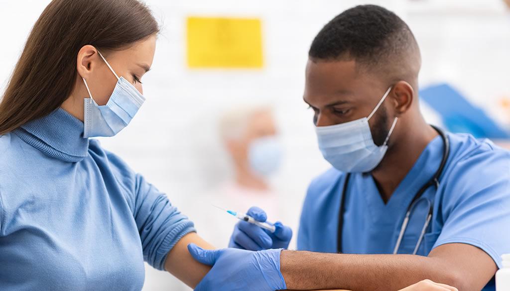 Han vacunado a más de 14 mil miembros del personal sanitario