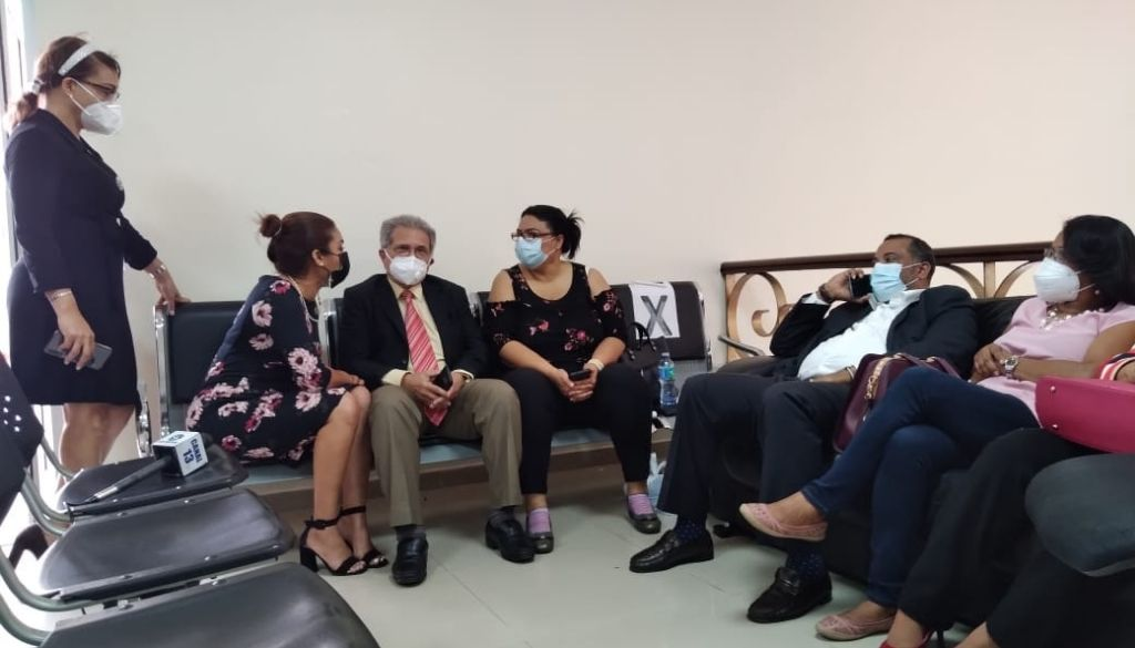 Médicos continúan segundo día huelga de hambre en Ministerio Salud