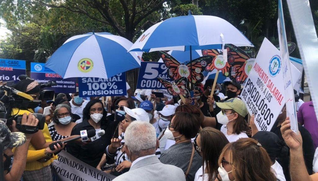 Personal salud protesta en demanda aumento salarial de un 100%