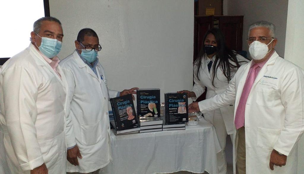 Entregan libros de Cirugía Plástica a Residencia Médica del Gautier