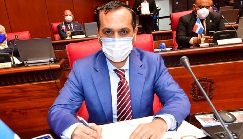 Senador de La Romana apoya marcha del Colegio Médico