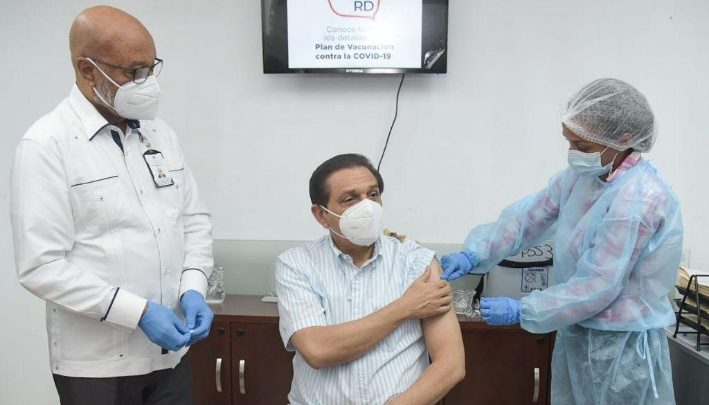 Ministro de Salud recibe vacuna Sinovac contra COVID-19