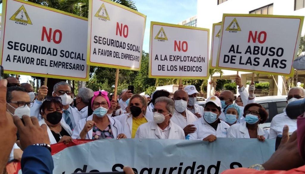 """Colegio Médico acusa a superintendente de Salud de  """"apandillarse"""" con empresarios"""