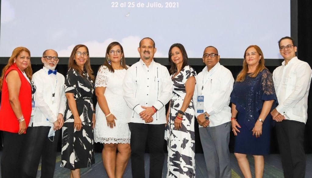 Ginecólogos eligen al doctor César López como presidente