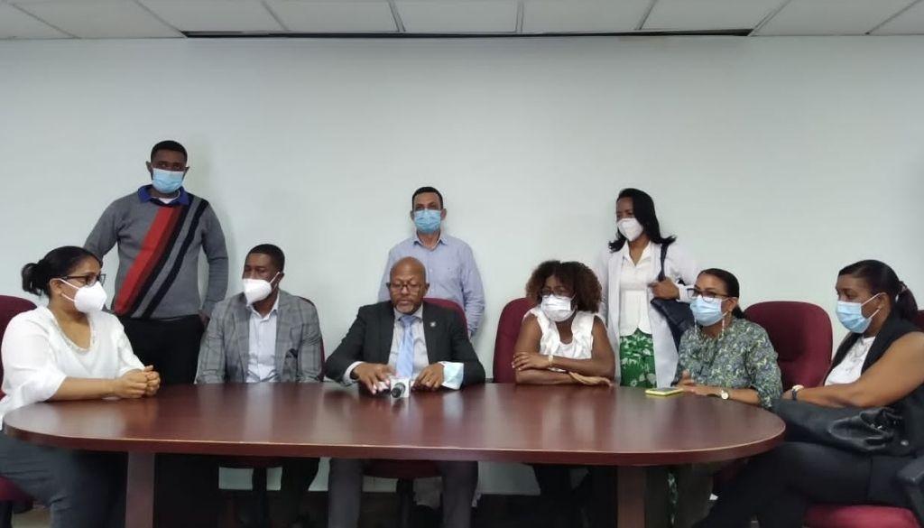 Médicos denuncian falta  de personal y pagos en centros