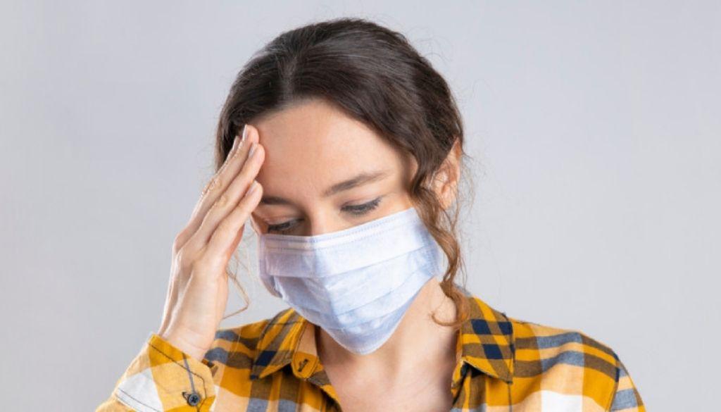 Los afectados por COVID-19 que tienen dolor de cabeza presentan un mejor pronóstico