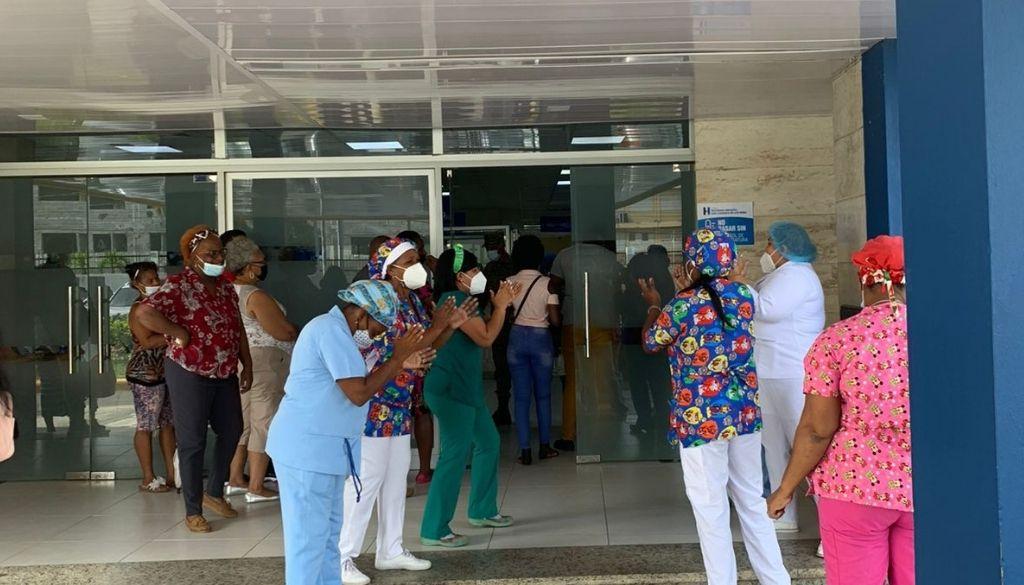 Personal de enfermería realiza piquete en demanda de incentivos