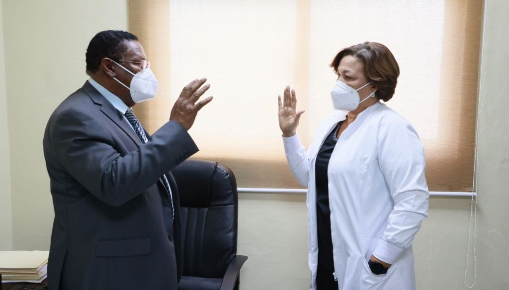Posesionan doctora Carmen Nieves Mateo como directora hospital de Engombe