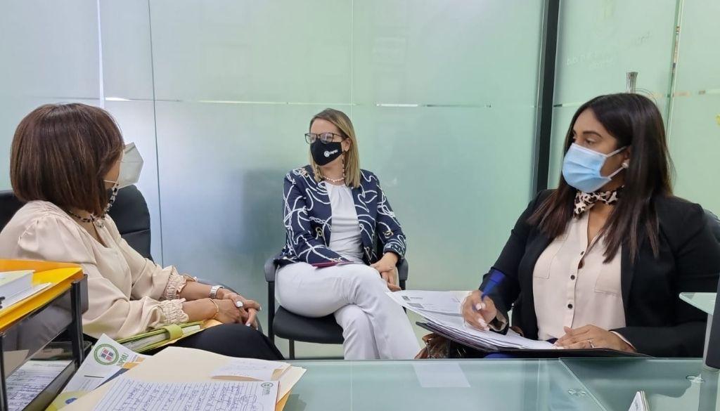 Discuten oportunidades de cobertura en salud para personal de la UNPHU