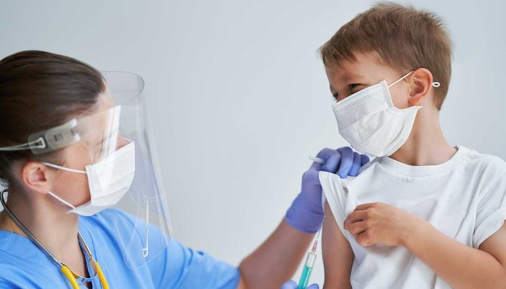 Colegio Médico llama a Gobierno aprobar vacunas COVID-19 para niños entre 5 y 11 años