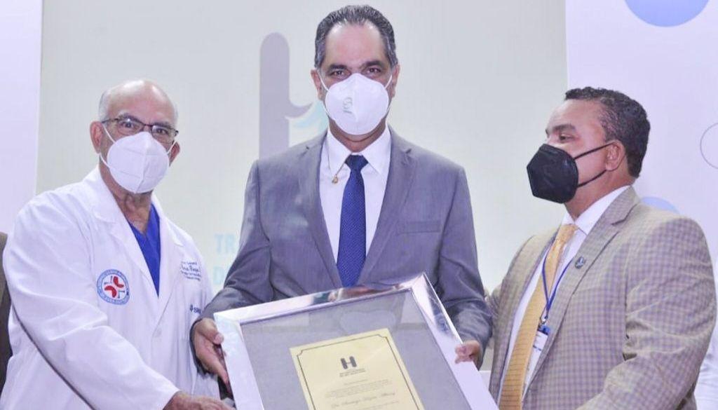 Reconocen al doctor Santiago Hazim, director del SeNaSa